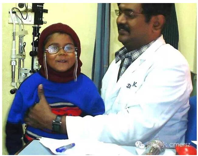 卡医生深受小朋友爱戴,图为他和一位尼泊尔患者的亲切合照。