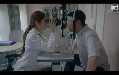 然后,呃~呃~呃~女主角茅小春作为剧中医院公认的专业眼科医生像模像样地给男主角他爸检查眼睛