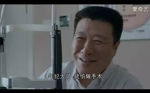 可是,男主角他爸觉得年纪大了,害怕做手术。此刻,整体画面暖人心啊~
